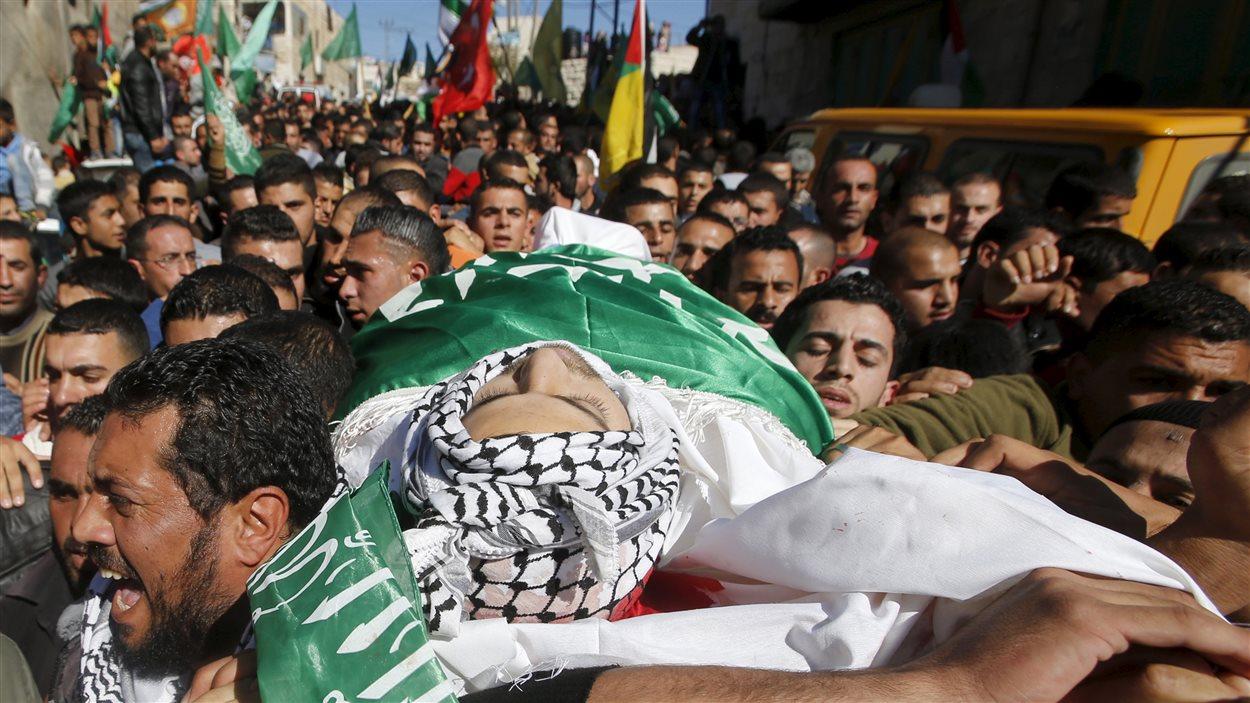 Des Palestiniens transportent la dépouille d'Abdallah al Chalalda, tué par les forces spéciales israéliennes.