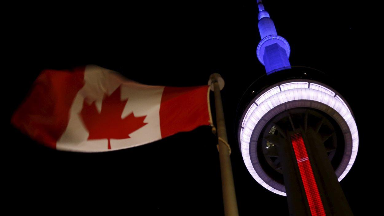 La tour du CN aux couleurs du drapeau français