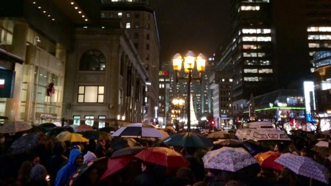 Des dizaines de personnes se sont rassemblées à Montréal en soutien aux Français.