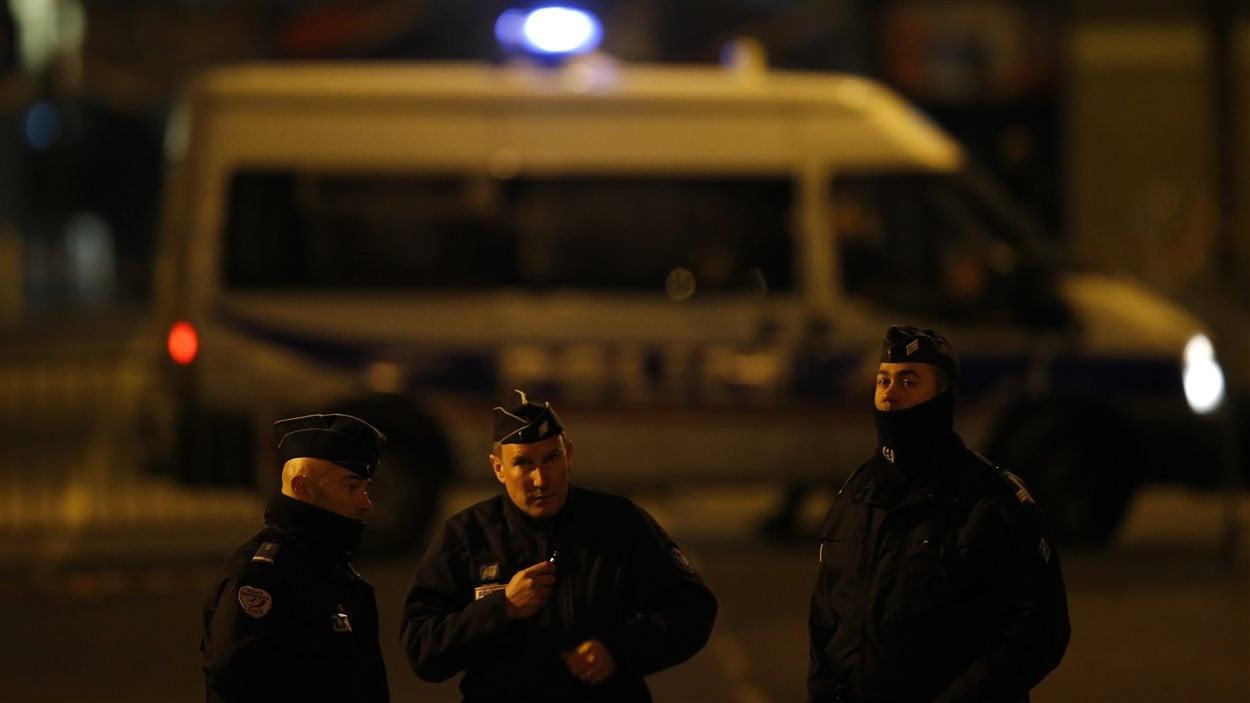 Des policiers français devant le Stade de France
