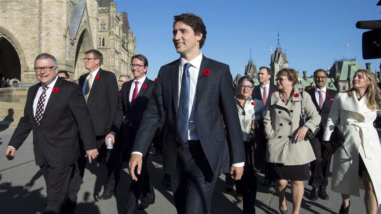 Justin Trudeau arrive sur la colline parlementaire à Ottawa escorté par son nouveau cabinet  with his newly sworn in cabinet le 4 novembre.