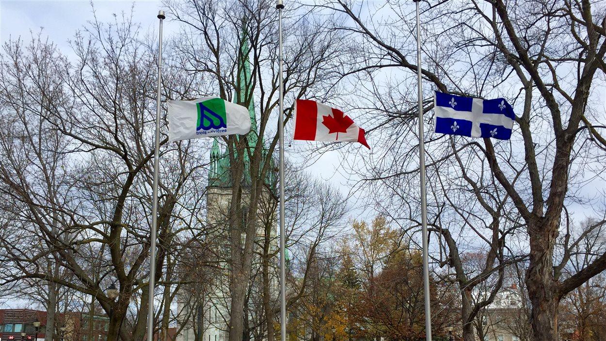 Le drapeau de la Ville de Trois-Rivières est en berne.