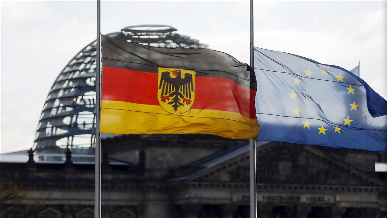 Le drapeau allemand et le drapeau de l'Union européenne en berne à Berlin