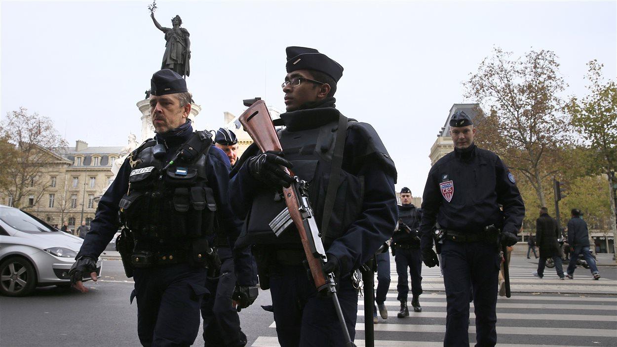 Des policiers patrouillent à la Place de la République à Paris