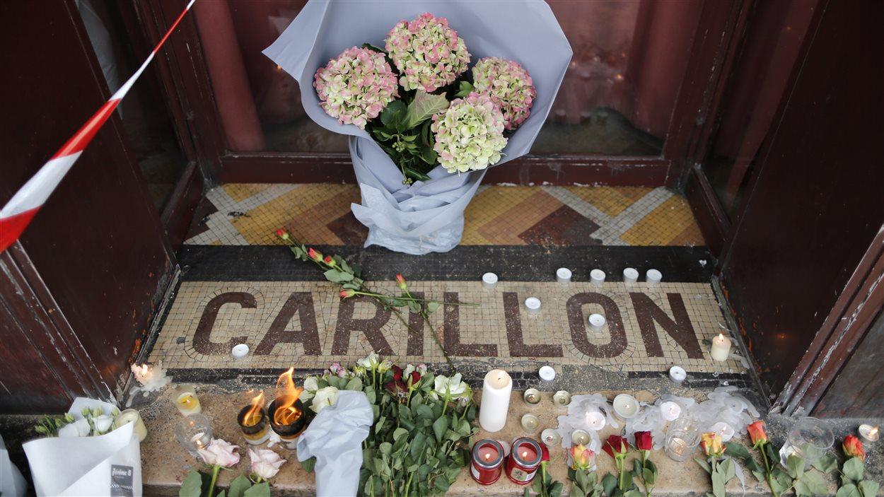 Des fleurs sont déposées devant le Carillon, au lendemain de la tragédie.