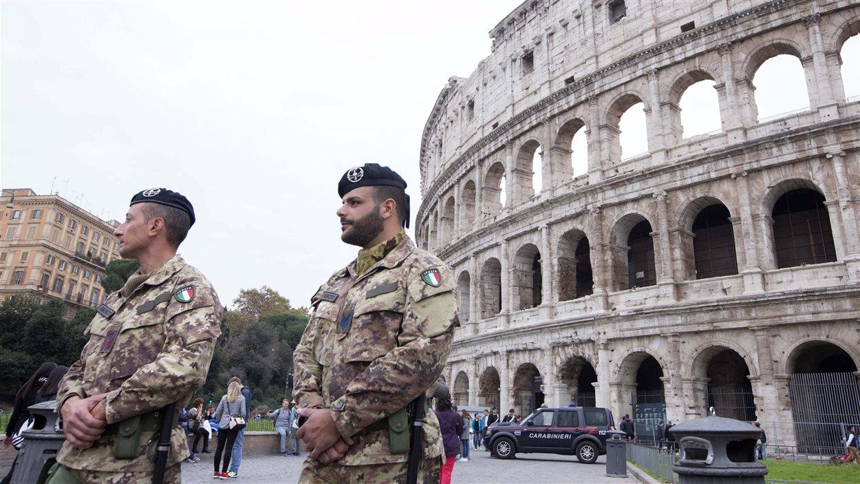Des militaires devant le Colisée à Rome