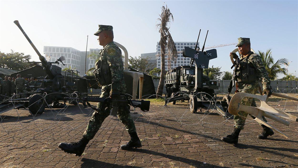 Des militaires philippins préparent les mesures de sécurité ern vue du sommet de l'APEC.