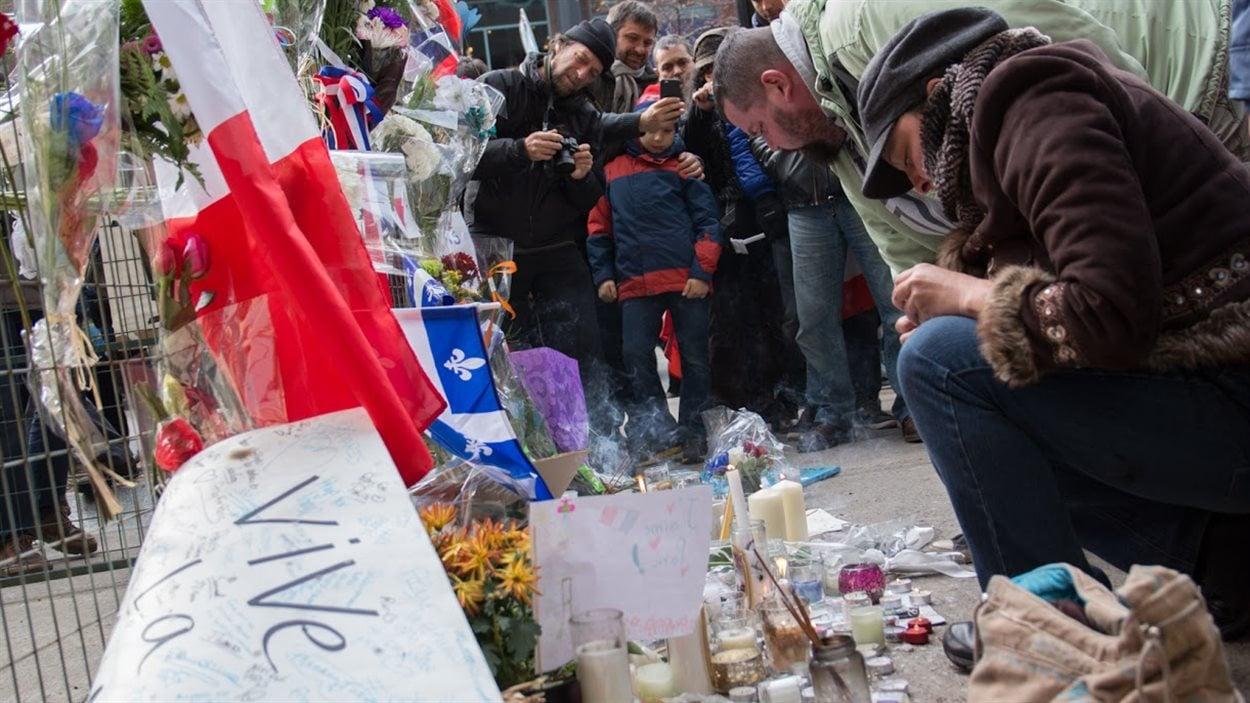 Les marcheurs ont laissé des messages de condoléances aux familles et allumé des bougies à la mémoire des victimes.