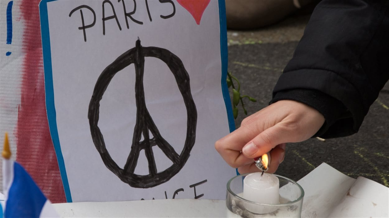 De Paris à Montréal, des lampions sont allumés à la mémoire des victimes des attentats les plus meurtriers de la France.