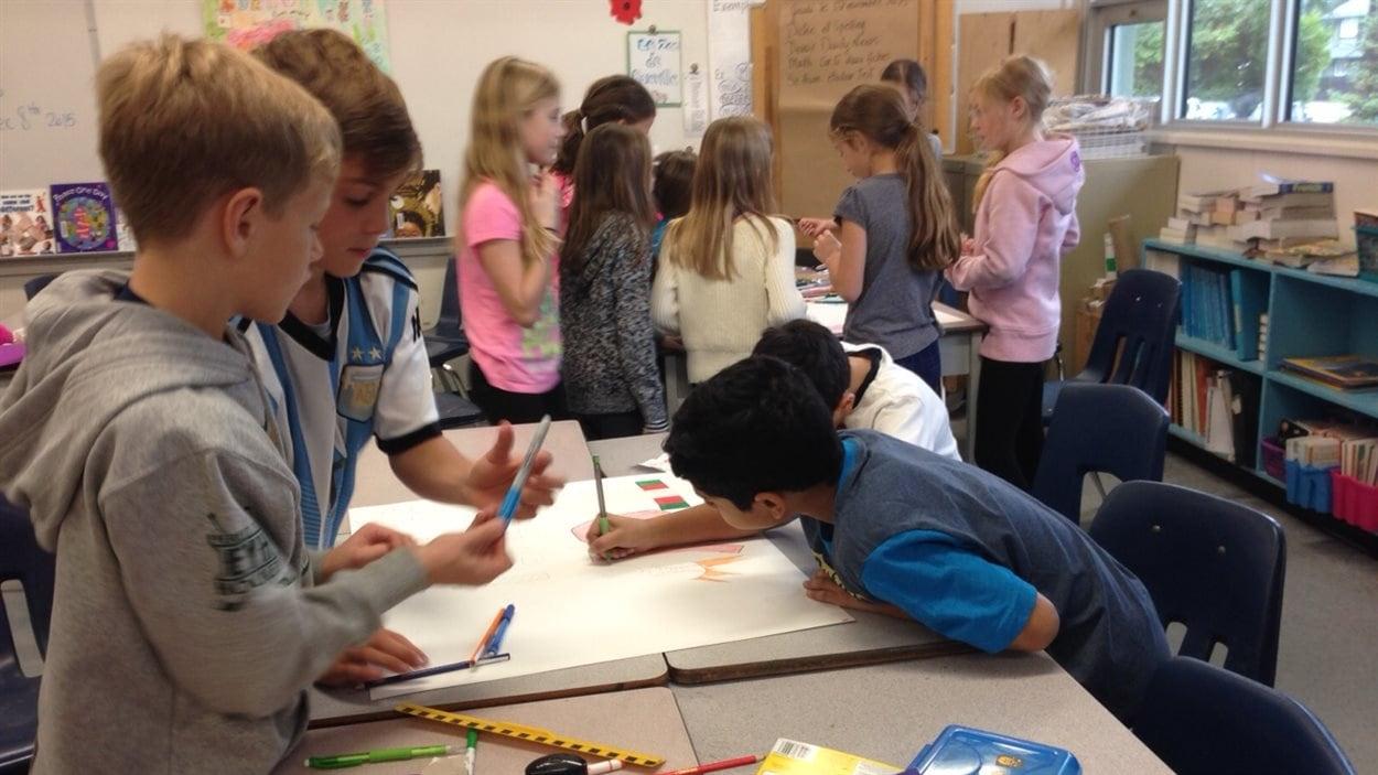 Des enfants en classe dessinent en groupe