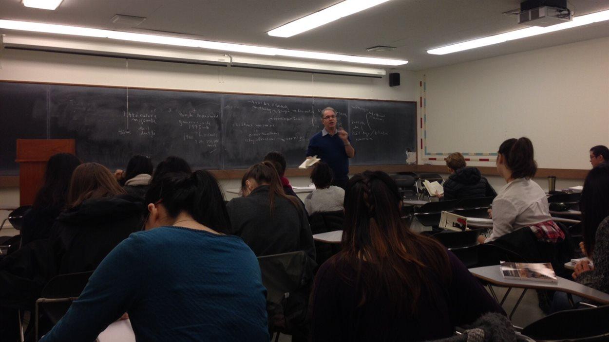 André Lamontagne enseigne la littérature québécoise à une classe à l'Université de la Colombie-Britannique