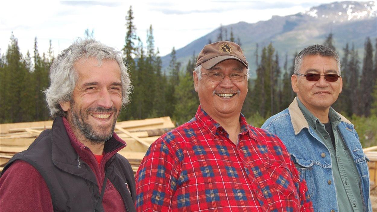 François Depey, avec les chefs Ron Austin (Tse Kot) et John Ridsdale (Namoks) des Wet'suwet'en