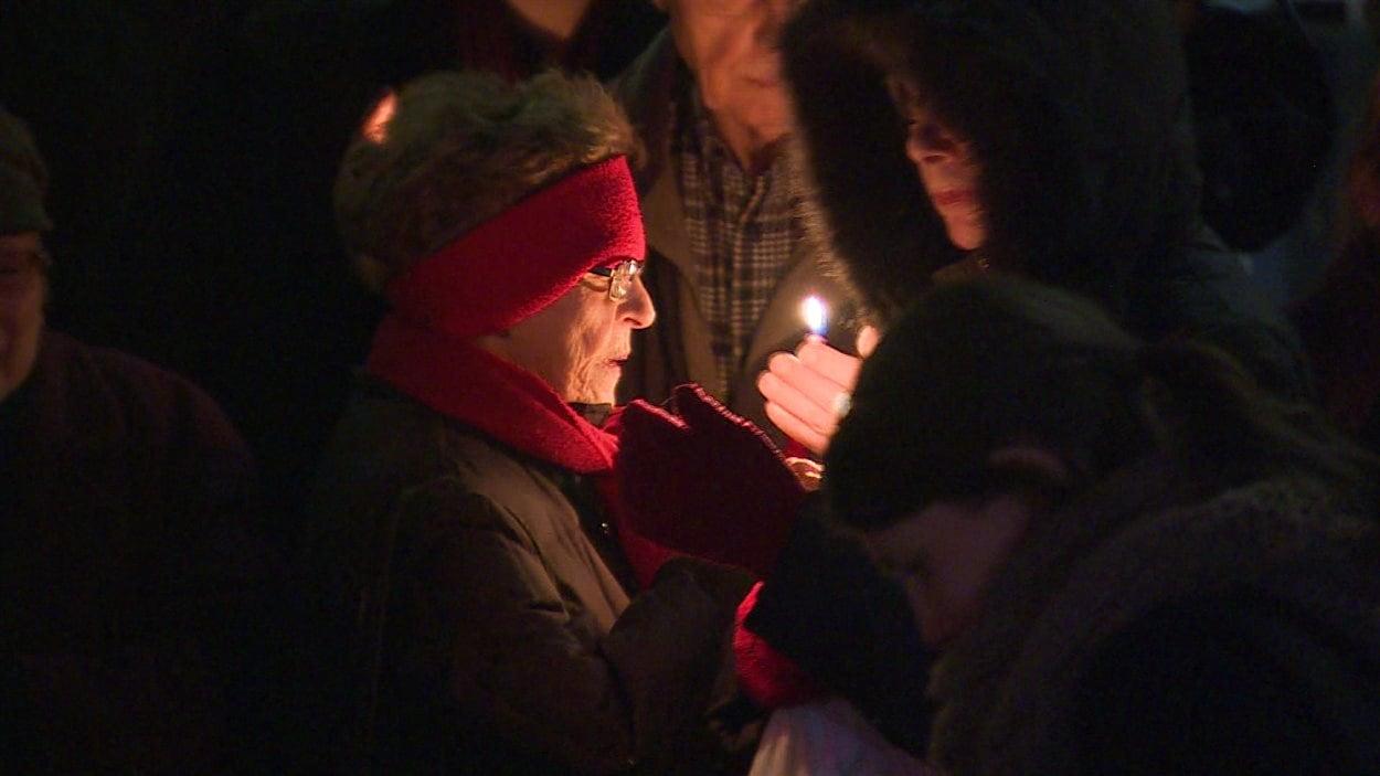 Une veillée a été organisée à Edmonton en hommage aux victimes des attentats de Paris.