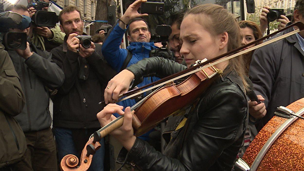 Une violoniste dans la rue à Paris