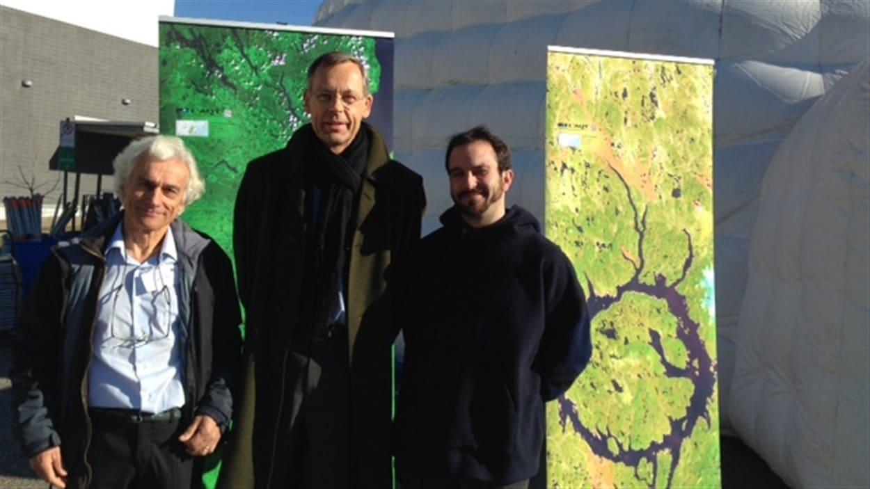 Le professeur de l'Université de Sherbrooke Alain Royer et l'étudiant responsable du projet, Bruno Courtemanche, entourent Jacques Arnould, de l'Agence spatiale française.