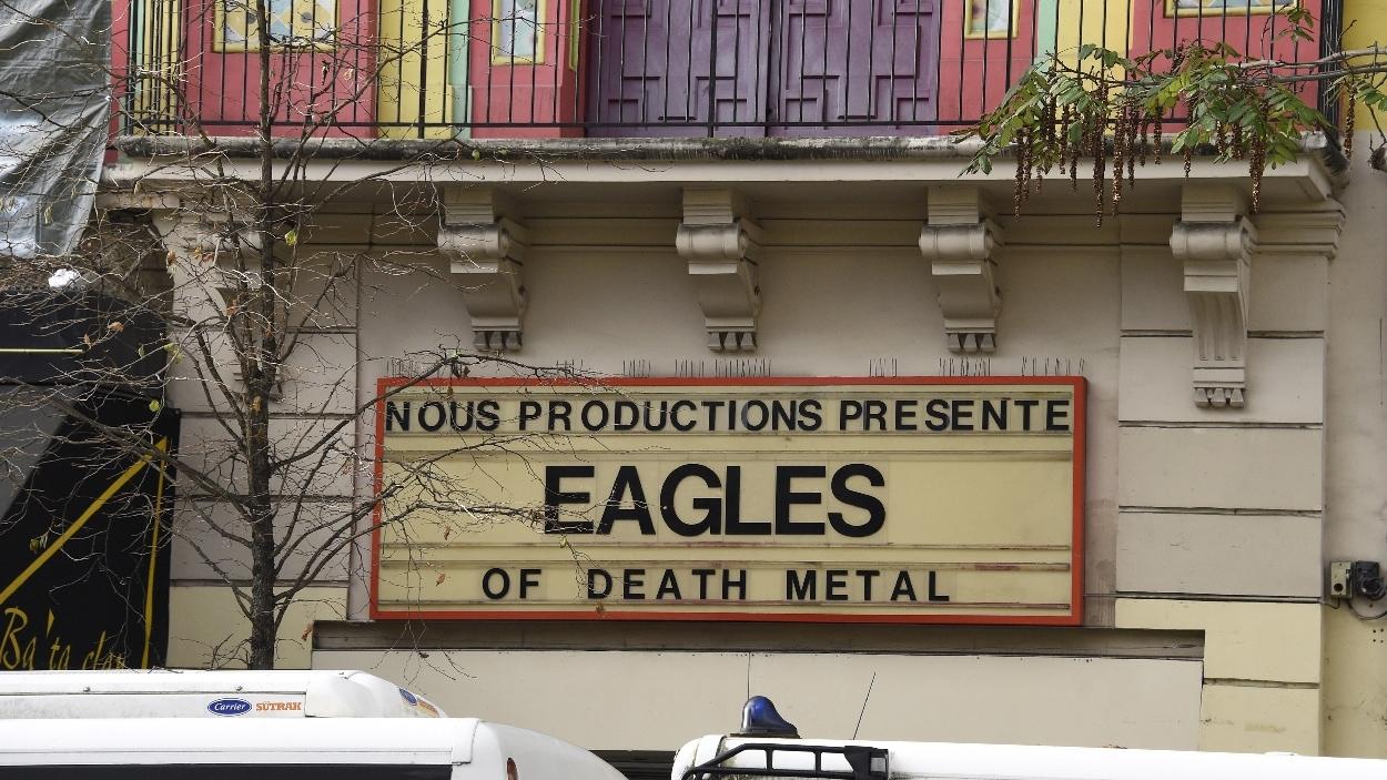 L'affiche du concert du groupe Eagles of Death Metal se trouve encore au Bataclan de Paris