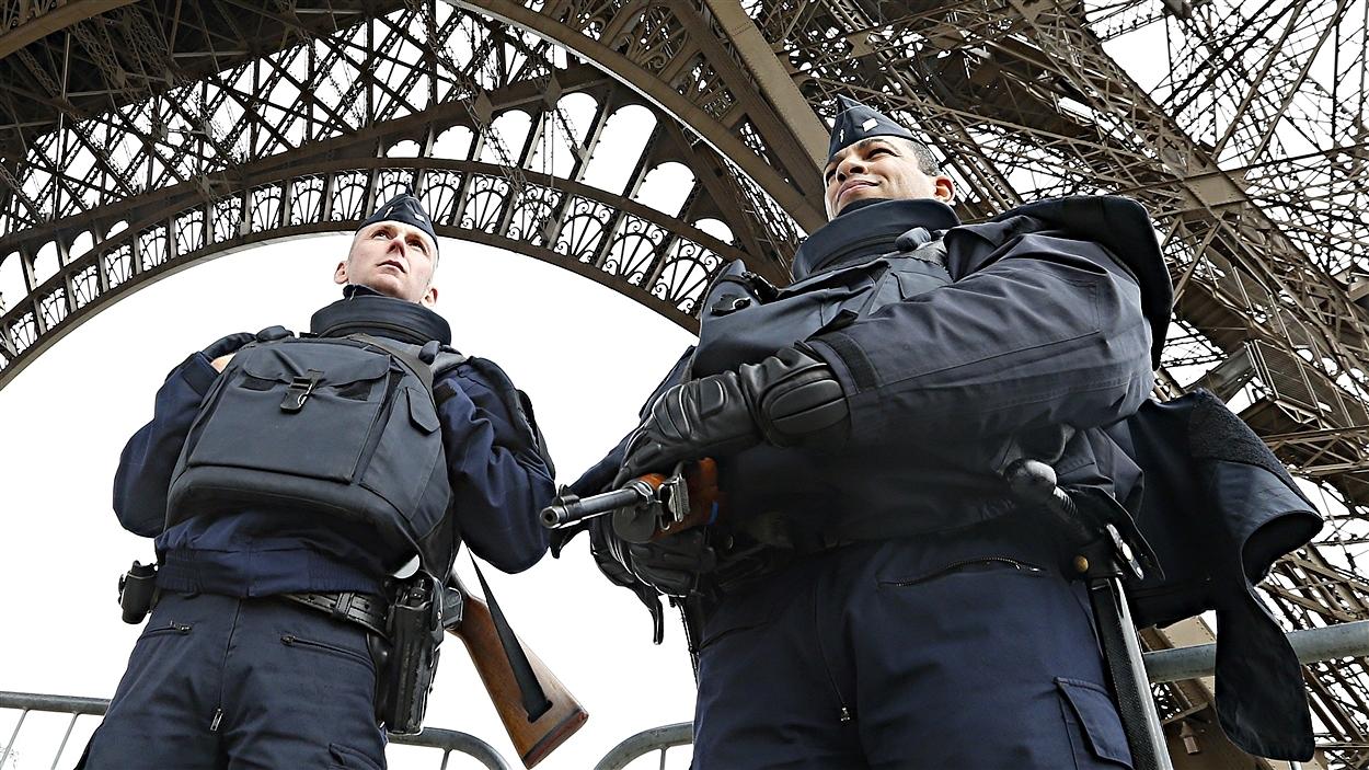 Des policiers français près de la tour Eiffel