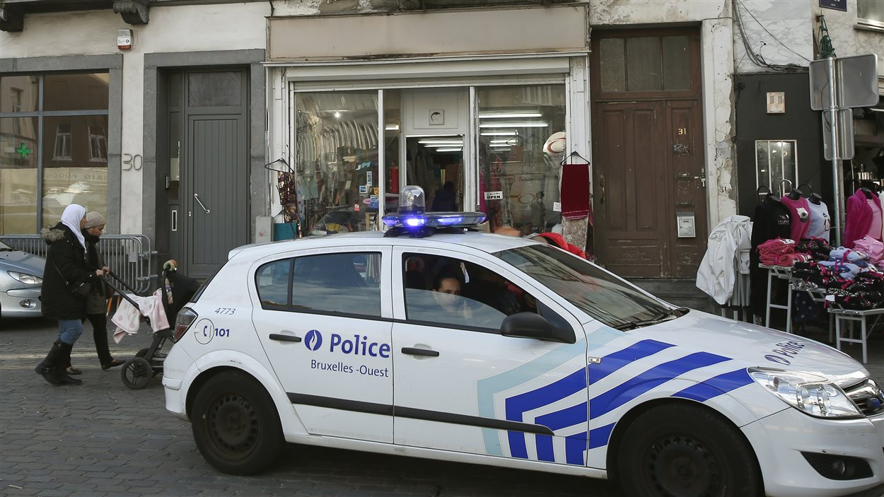 La police est présente dans les rues de Molenbeek, une banlieue de Bruxelles d'où provient plusieurs des auteurs des attentats de Paris.