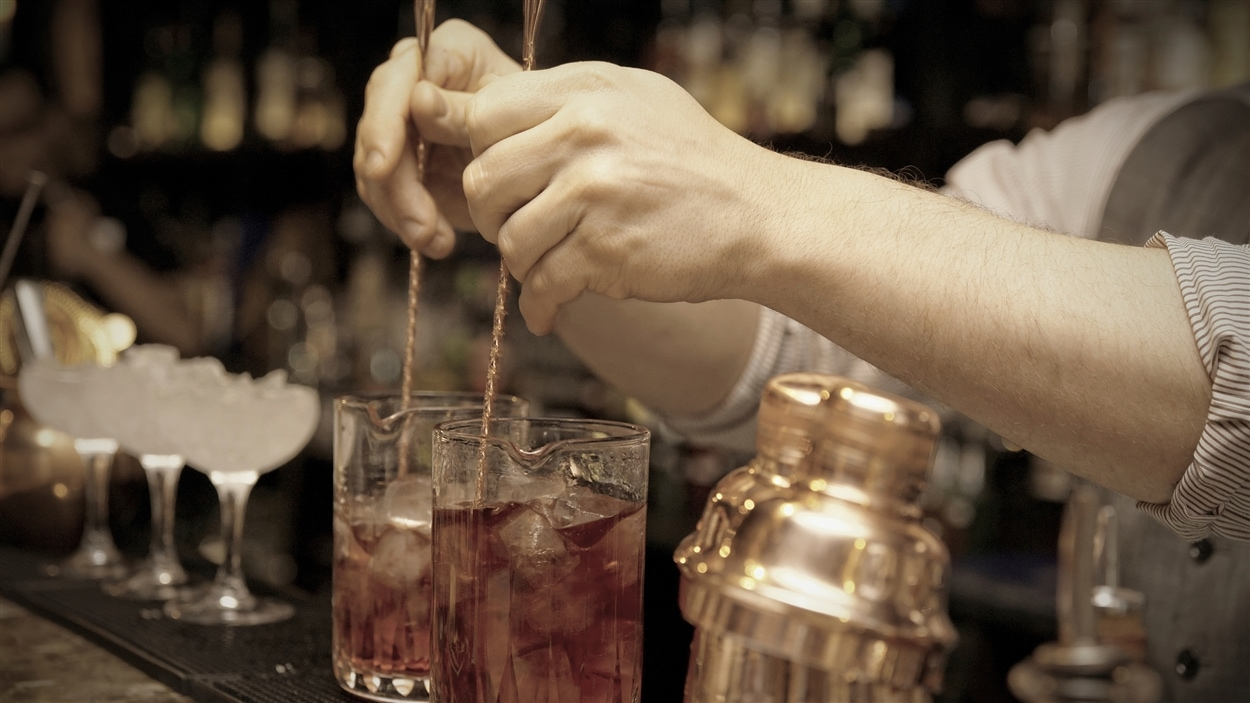 Un barman en pleine création de cocktails