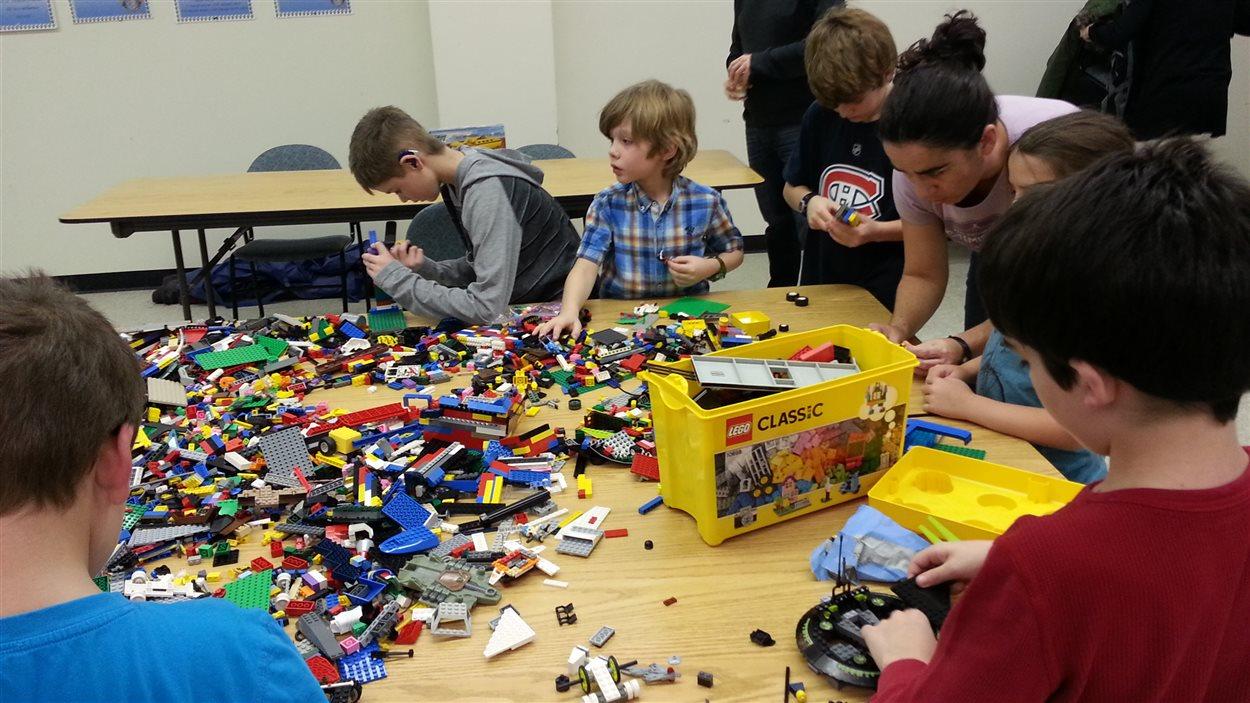 Les enfants autistes sont souvent attirés par les LEGO, qui demandent une structure, un plan et des étapes à suivre.
