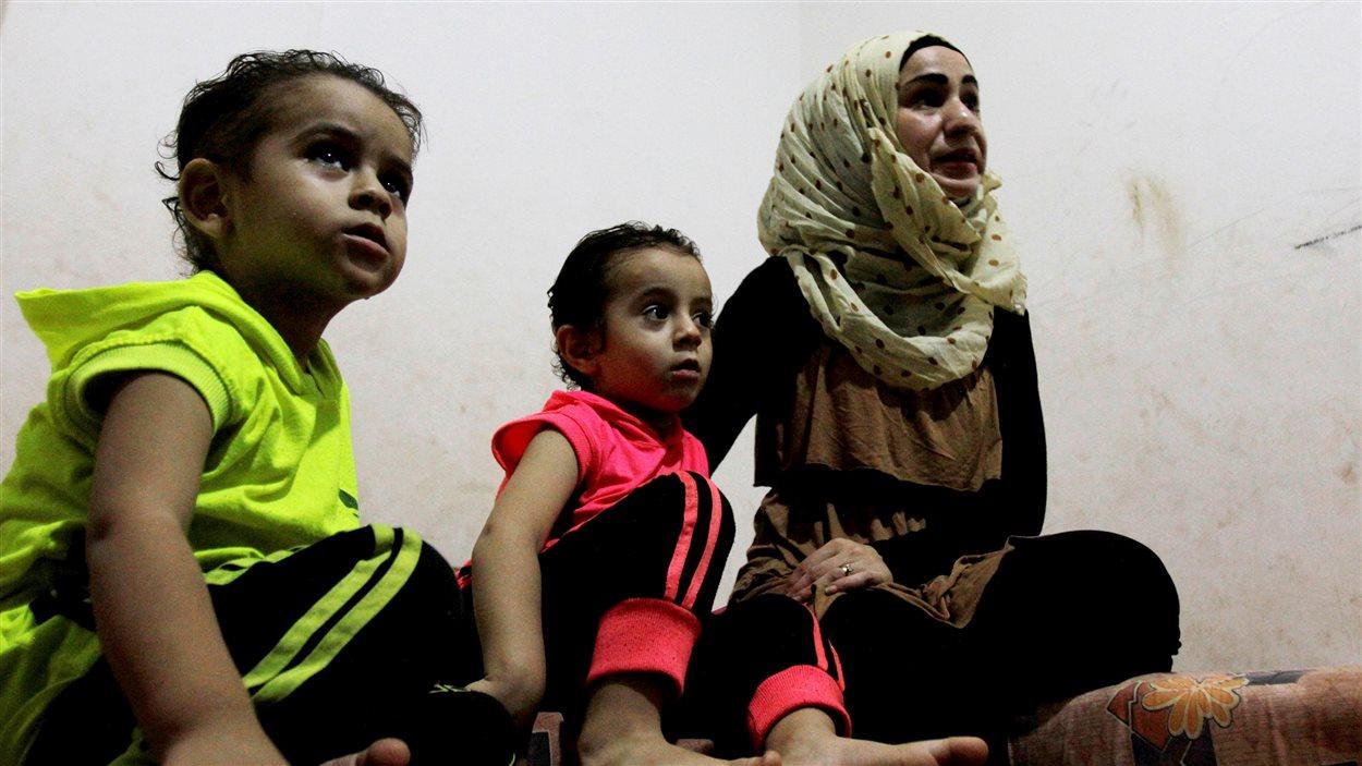 Une femme et ses deux enfants dans un camp de réfugiés au Liban.