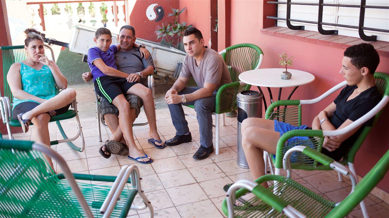 Elian Gonzalez (au centre, en jeans) en compagnie de sa famille