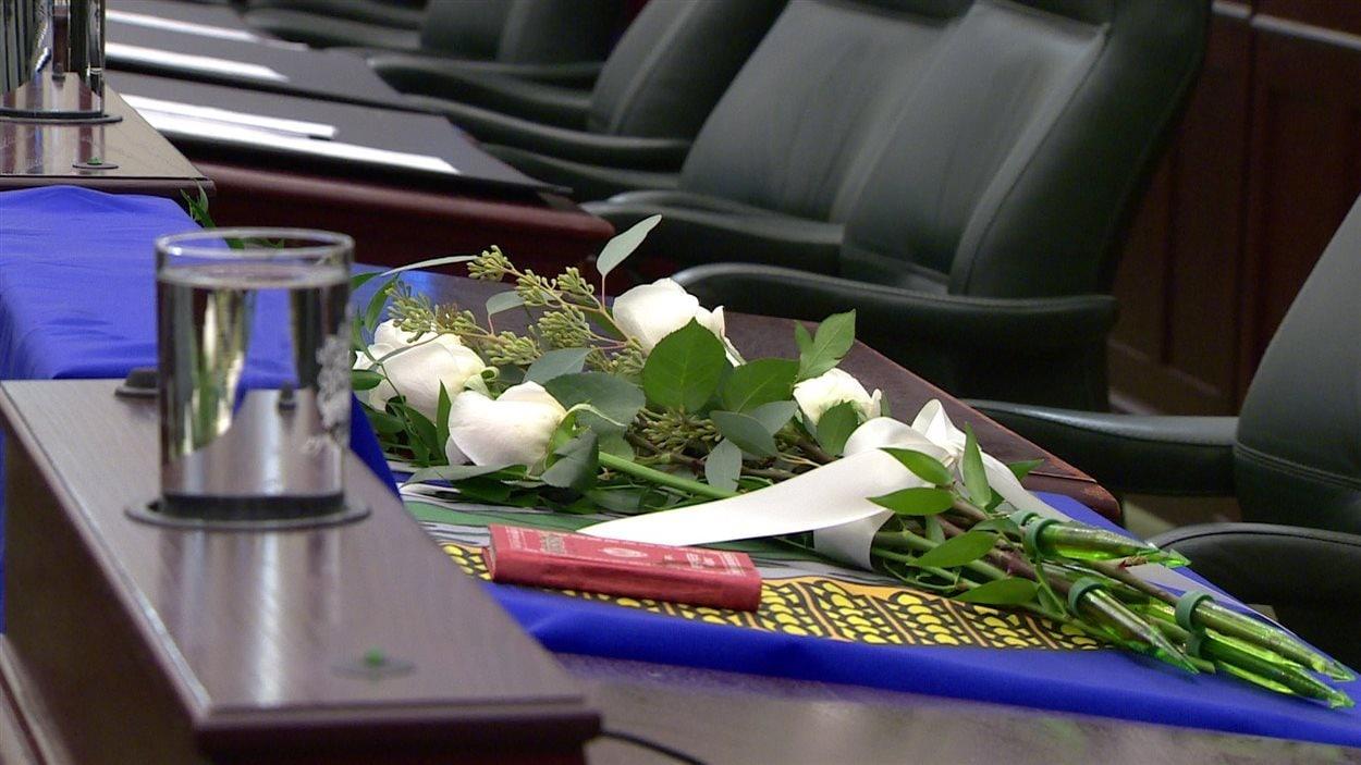 Un bouquet de fleurs sur le siège de Manmeet Bhullar tué lors d'un accident sur l'autoroute 2, entre Calgary et Edmonton, pendant une forte chute de neige.