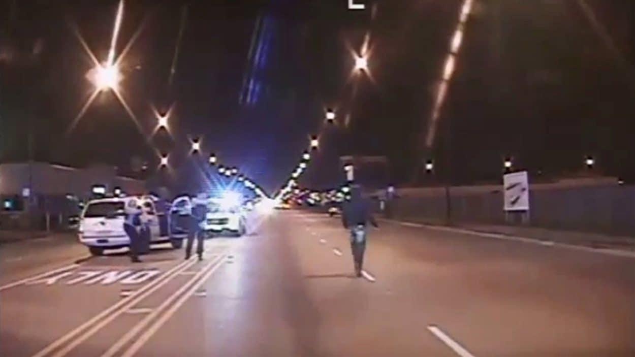 Laquan McDonald marche sur la route quelques instants avant d'être atteint par 16 balles.
