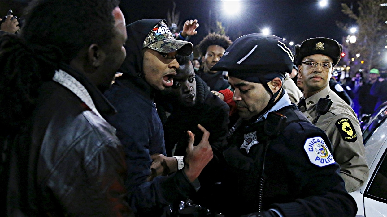 Des policiers de Chicago confrontés par des manifestants