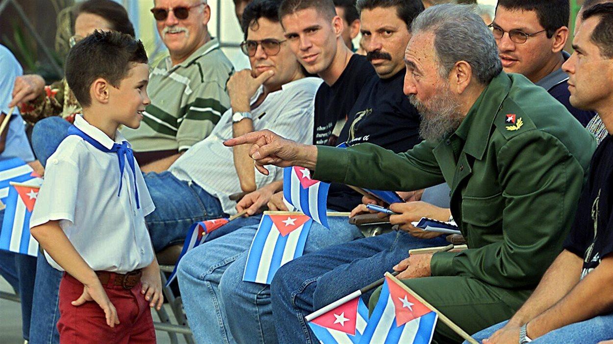 Le petit Elian Gonzalez en compagnie du président Castro, à Cardenas,à Cuba, en juillet 2001.