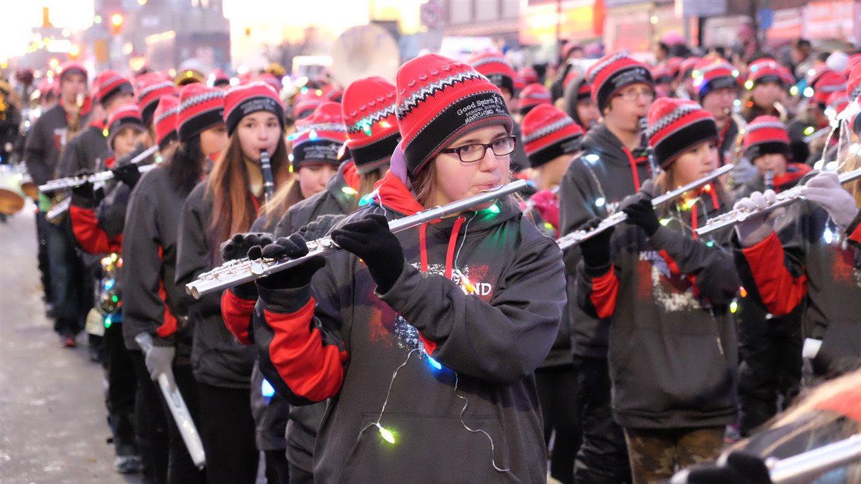 Des douzaines de jeunes musiciens en marche.