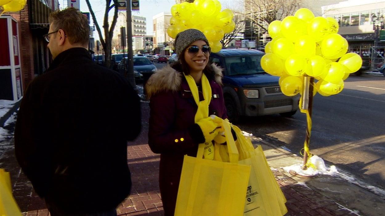 Les passants sont encouragés à dépenser leur argent dans les magasins de quartier à Edmonton.