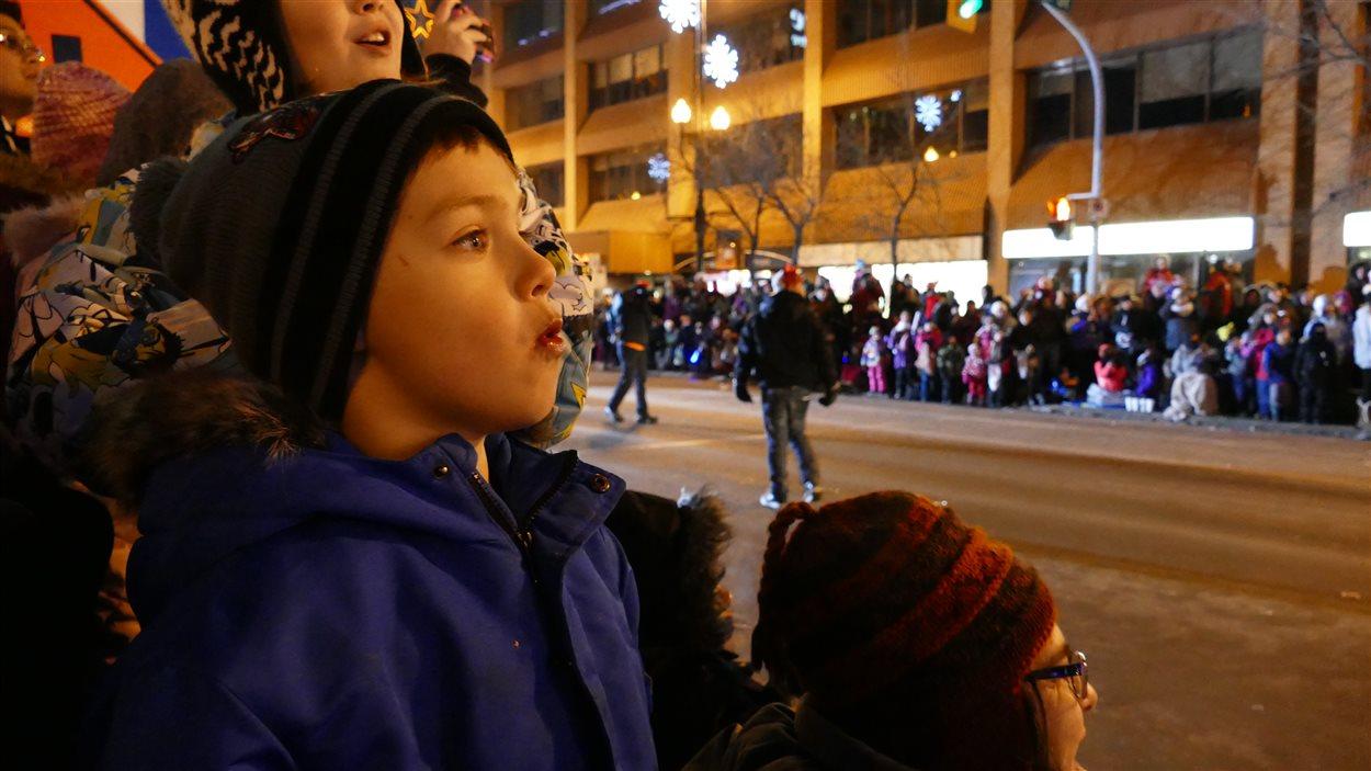 Un jeune garçon émerveillé par le défilé.
