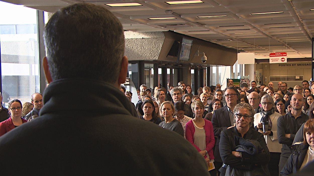La communauté universitaire dénonce les compressions en éducation dans le hall du pavillon Albert-Tessier à l'UQTR.