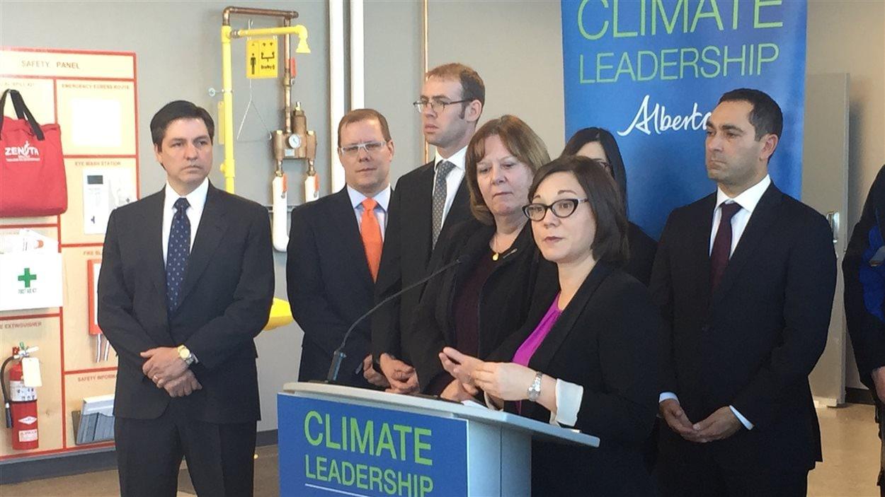 La ministre de l'Environnement de l'Alberta, Shannon Phillips et son homologue de l'Énergie, Margaret McCuaig-Boyd (à sa droite), lors d'une conférence de presse le 30 novembre 2015, à Calgary.
