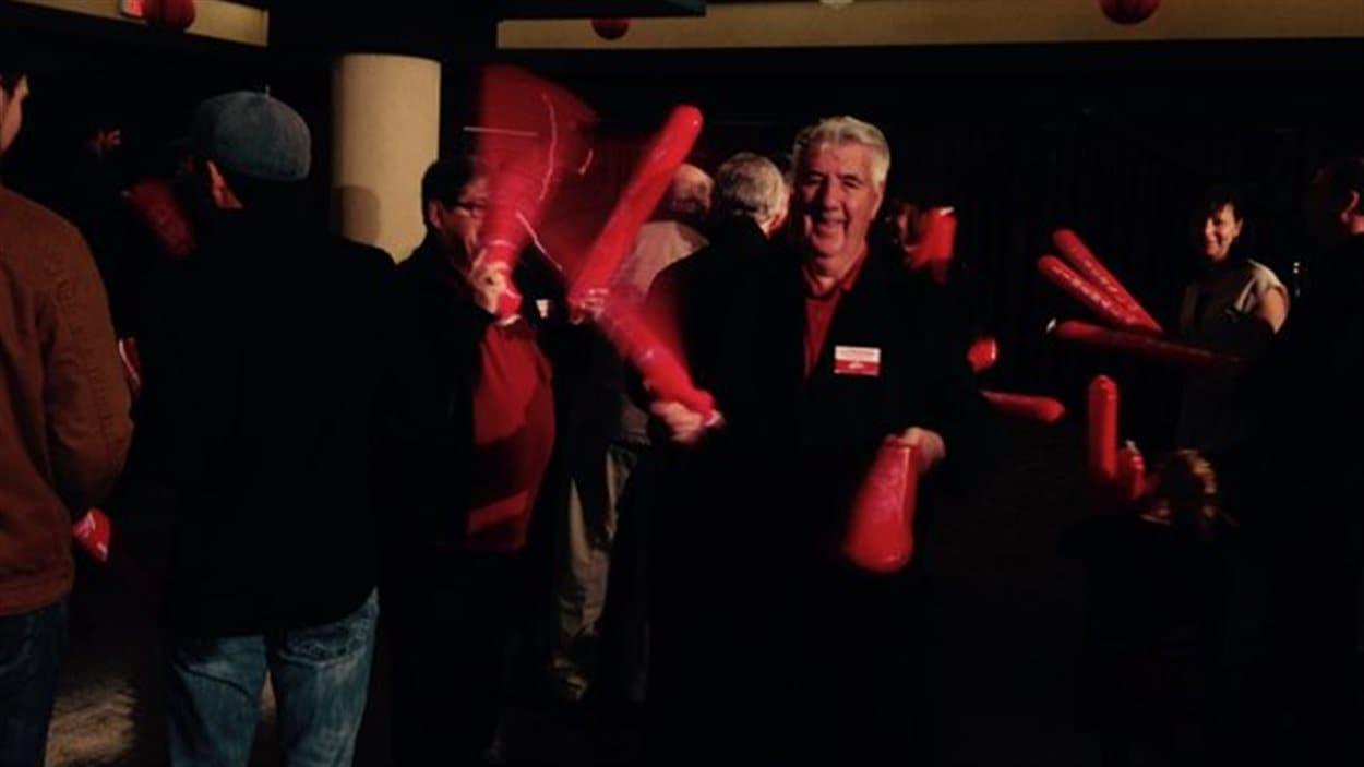 Des libéraux festifs après l'annonce de la victoire du Parti libéral à Terre-Neuve-et-Labrador