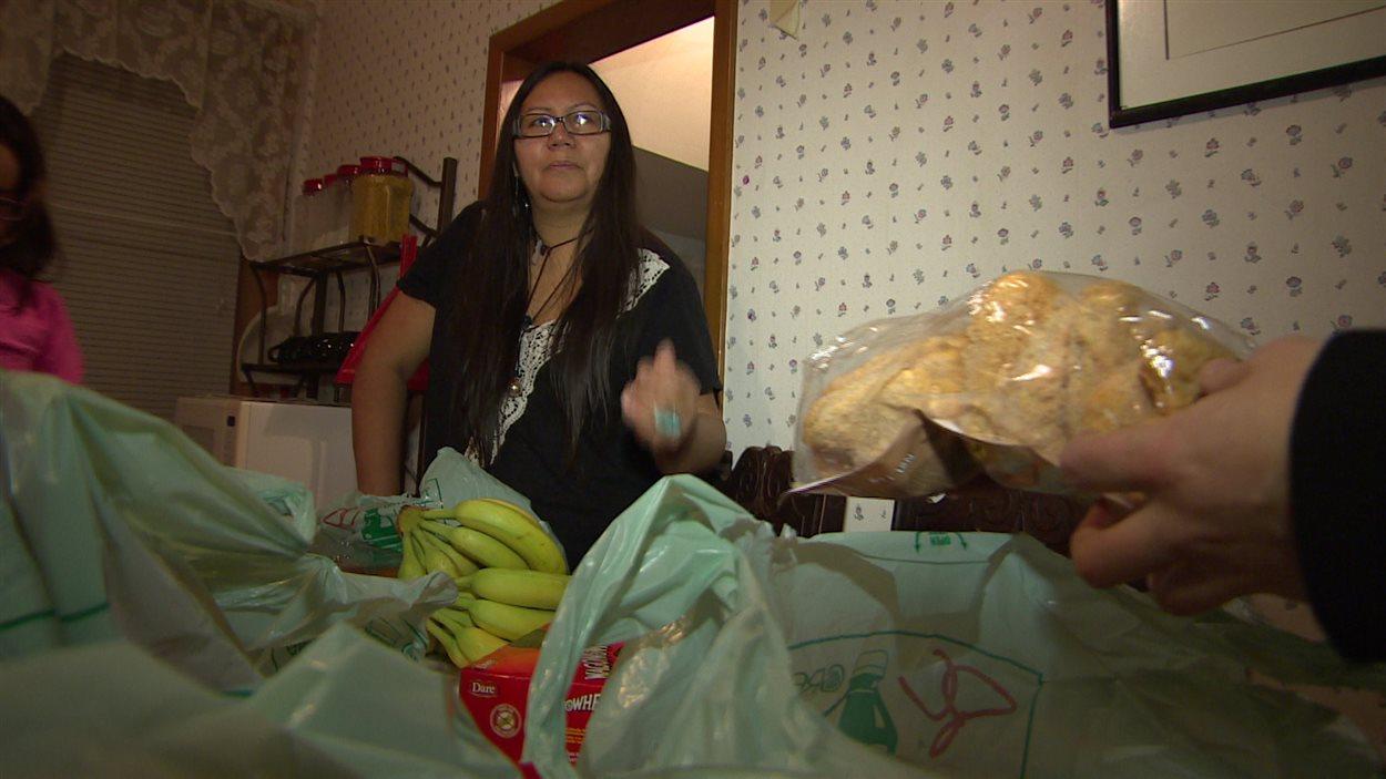 Katherine Thomas, une mère de sept enfants qui habite l'avenue Burrows dans le quartier North End, a souvent eu à choisir entre payer les factures et mettre de la nourriture sur la table.