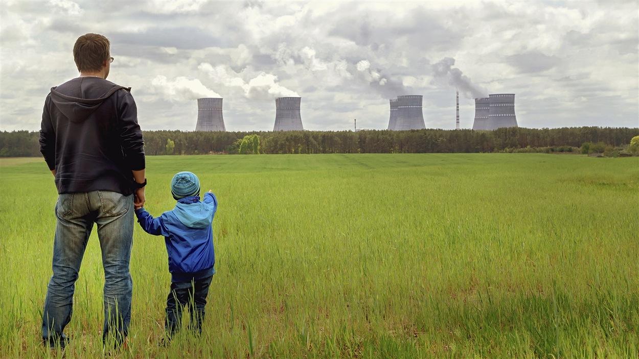 Un homme et son enfant constatent les effets dévastateurs de l'homme sur la nature.