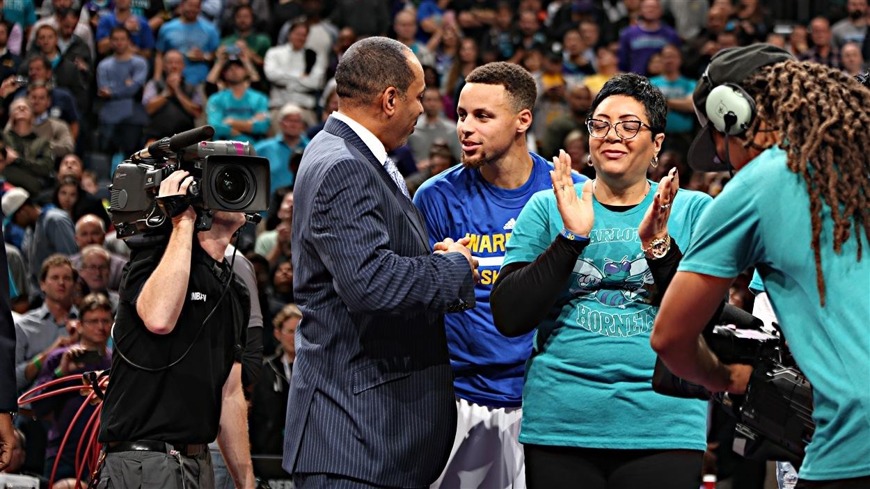 Dell Curry, meilleur marquer de l'histoire des Hornets, et son fils Stephen, vedette des Warriors