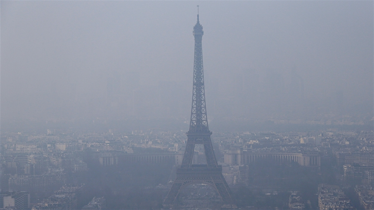 La pollution atmosphérique embrouille le ciel de Paris.