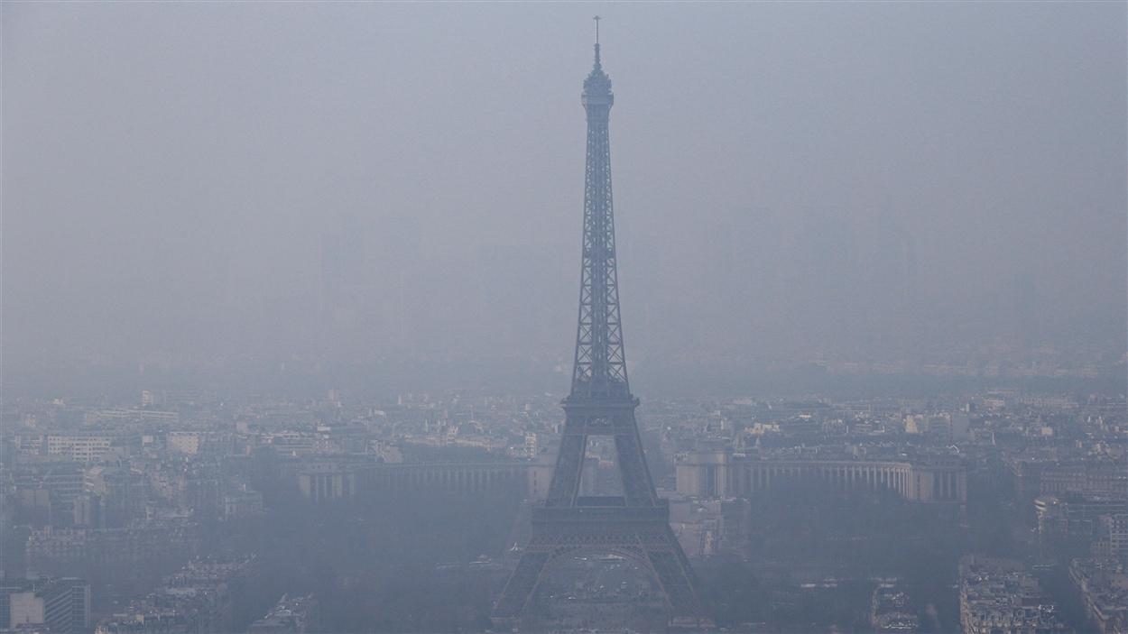 La pollution atmosphérique embrouille le ciel de Paris.