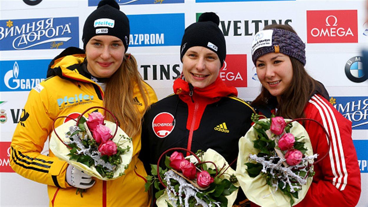 Jane Channell (droite) avec Tina Hermann (centre) et  Jacqueline Loelling.