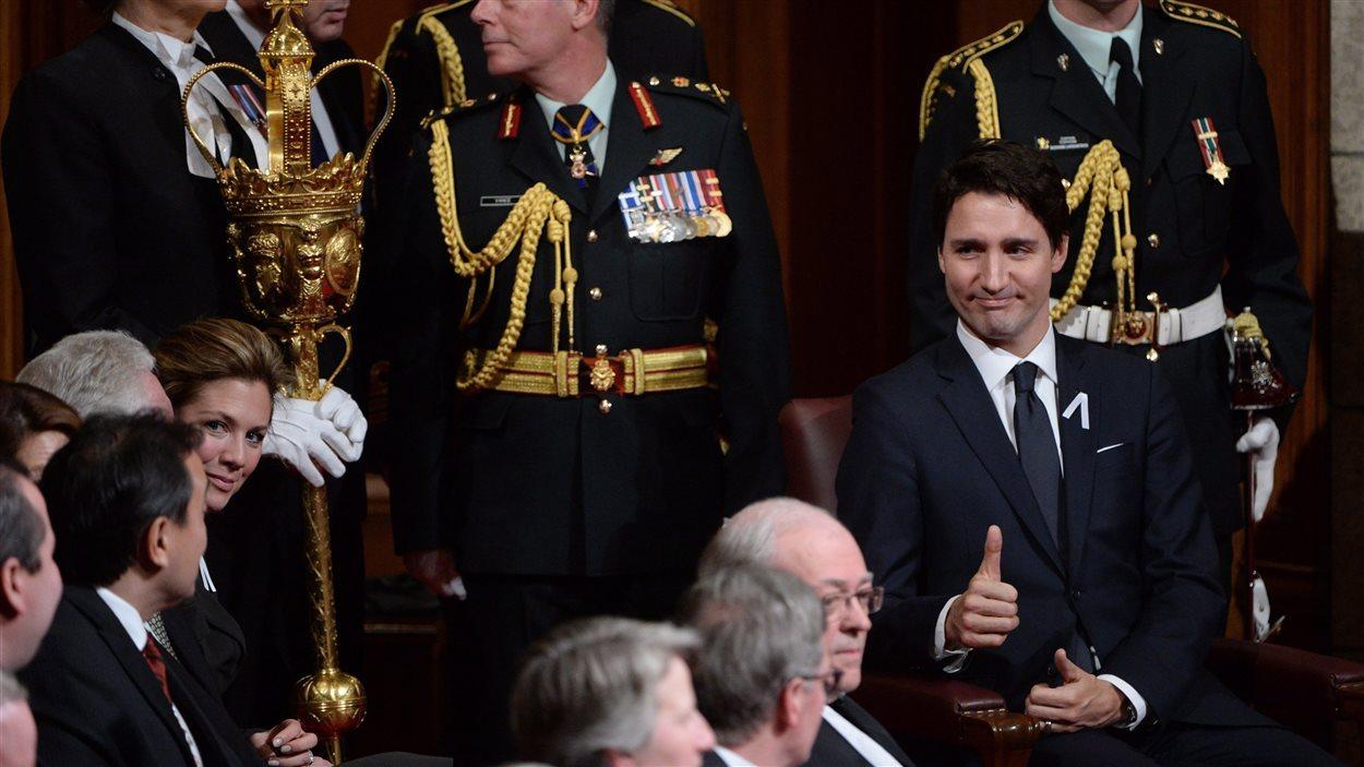 Le premier ministre Justin Trudeau lève le pouce en guise de satisfaction juste avant le discours du Trône le 4 décembre.