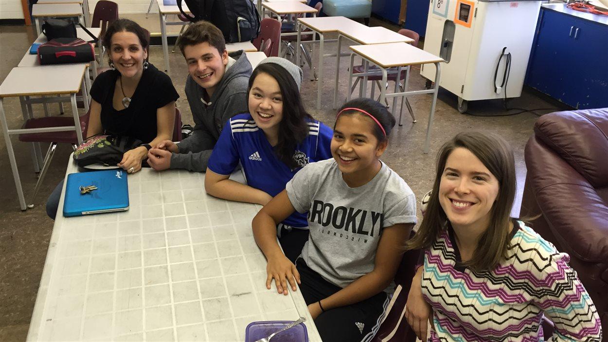 Les enseignantes et certains élèves de l'École des Pionniers qui participent à Globe-reporters