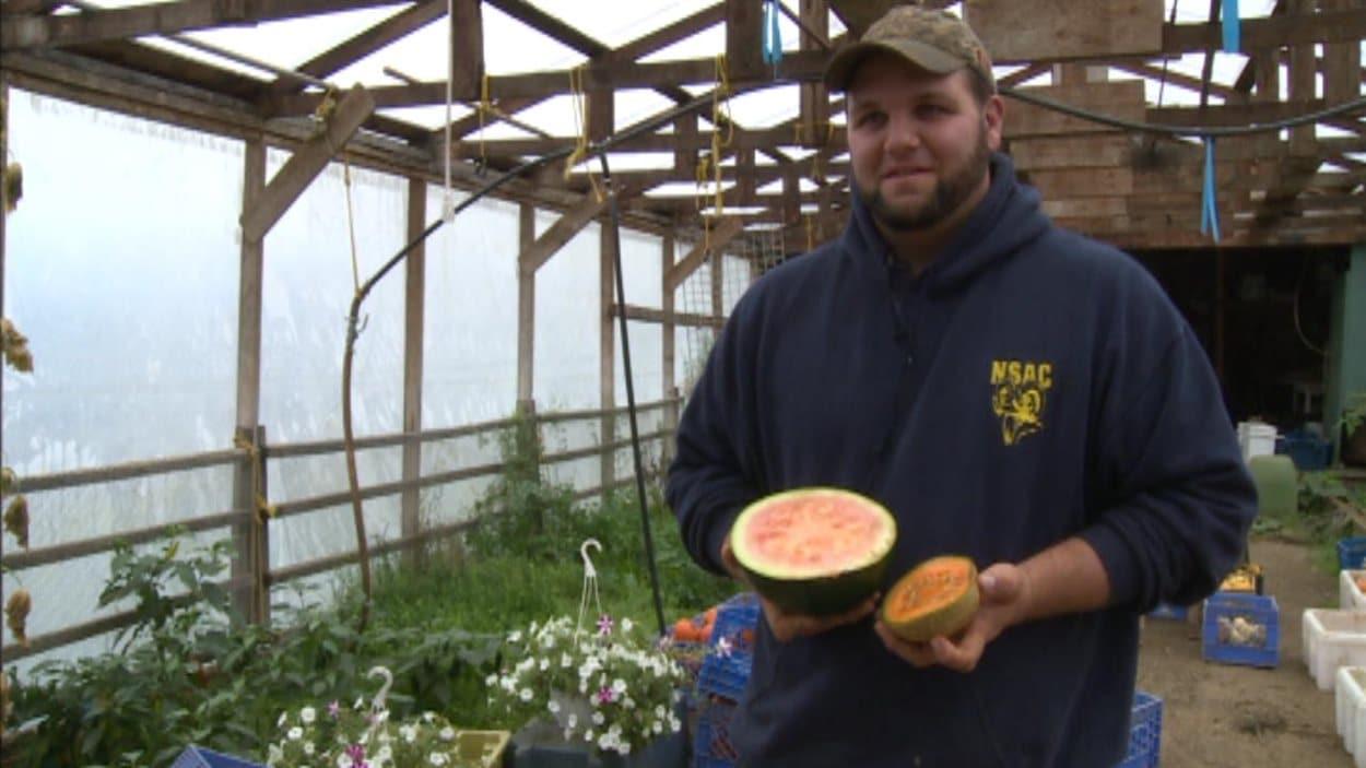 Chris Oram fait partie d'un groupe qui veut inciter plus de jeunes à se lancer en agriculture, à T.-N.-L. La moyenne d'âge des fermiers approche les 64 ans dans cette province.