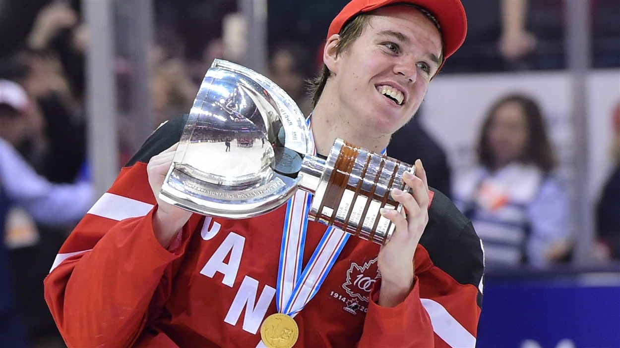 Connor McDavid remporte le trophée 2015 avec l'équipe canadienne