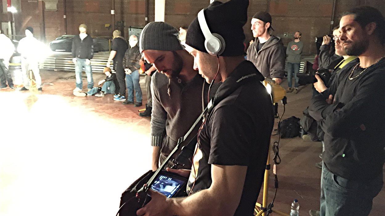 Le réalisateur Stéphan Beaudoin visionne une scène qu'il vient de tourner pour son long métrage Yankee.