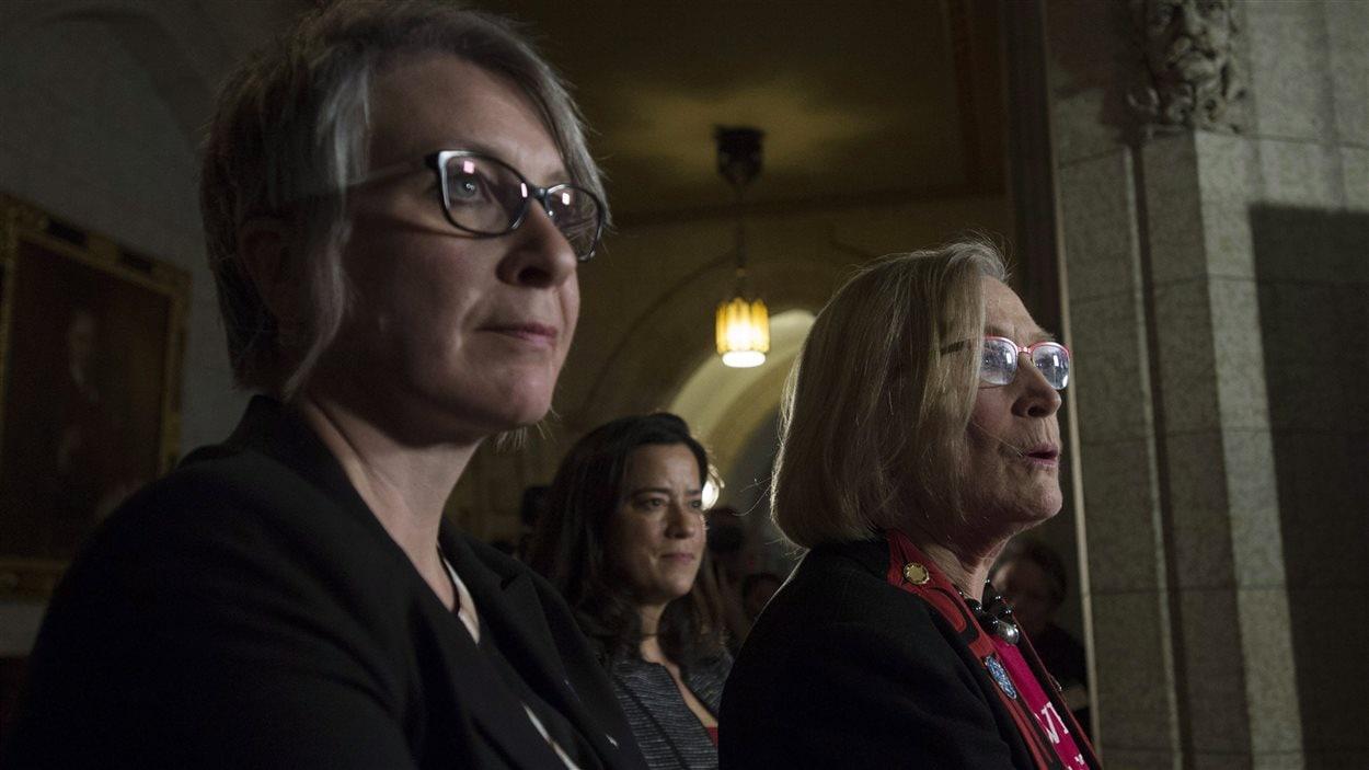 Les ministres Carolyn Bennett, Jody Wilson-Raybould (centre) et Patricia Hajdu s'adressent aux médias lors d'une conférence de presse à Ottawa.