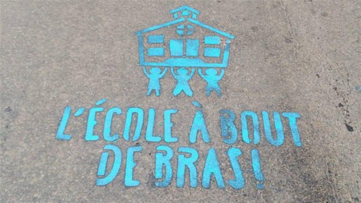 Les grévistes ont tracé des messages sur la chaussée à la craie liquide.