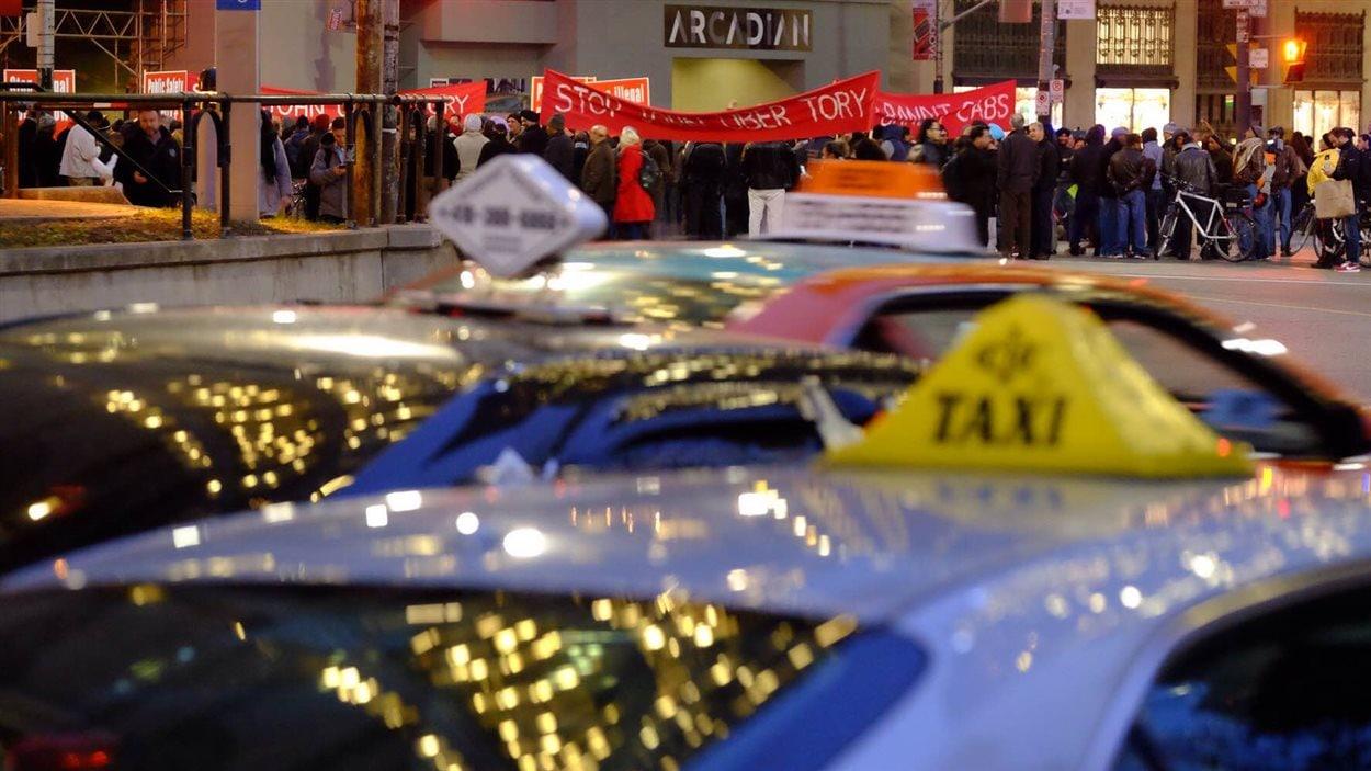 Des conducteurs de taxi bloquent la circulation à l'intersection des rues Bay et Queen